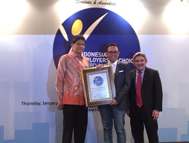 Direktur Human Capital Telkom Herdy Harman (tengah) bersama President Director HayGroup Sylvano Damanik (kiri) dan Chief Editor Majalah Swa Kemal E. Gani (kanan) saat menerima Indonesian Employers of Choice Award 2015 by Job Seeker di Jakarta, Kamis (28/1).