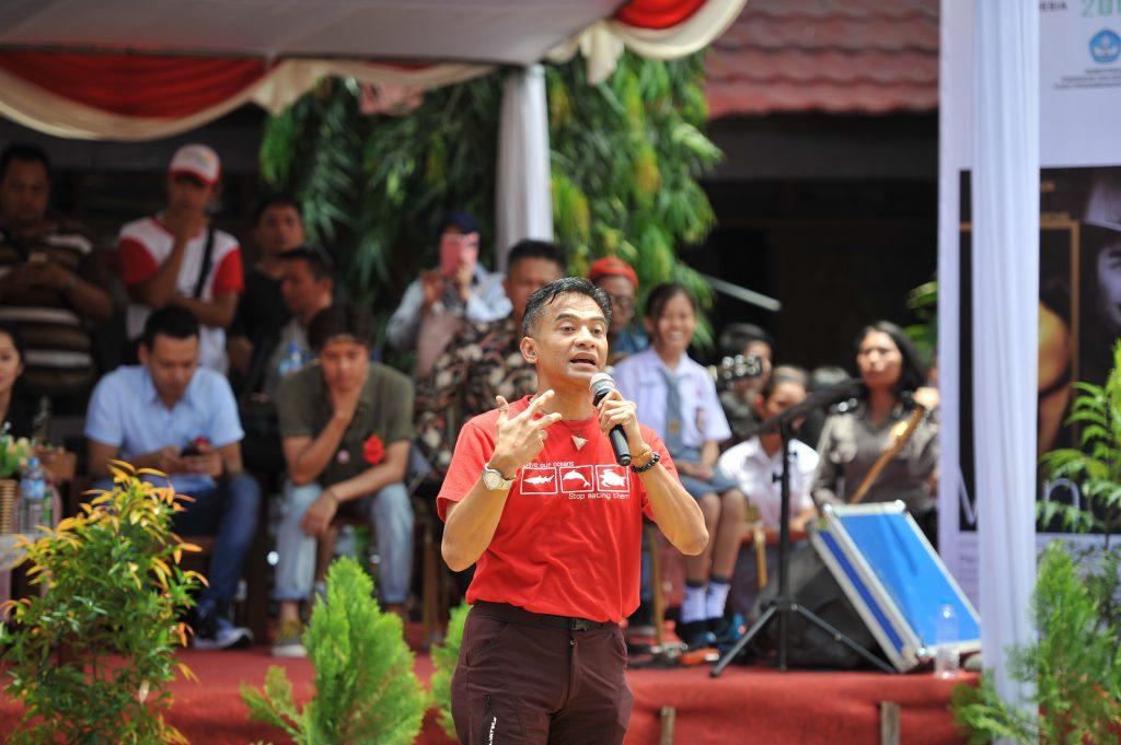 Donny Damara saat memberikan sambutan dan memperkenalkan AFI 2016 di dapan murid-murid SMKN 1 Manado, Sabtu (8/10/16). (uzone.id/Dedy Maryanto)