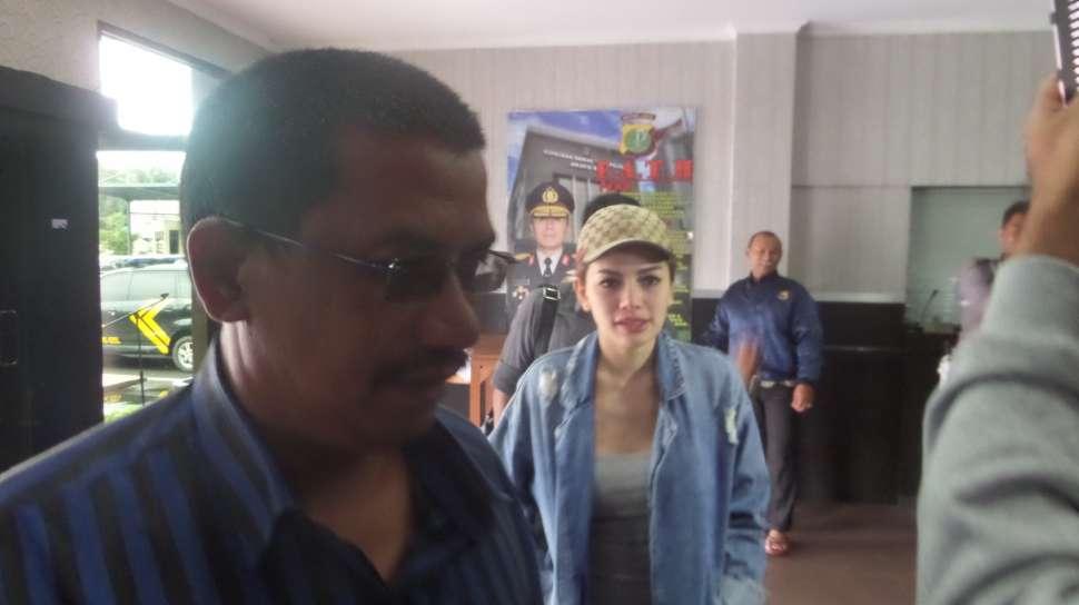 Artis Nikita Mirzani tiba di Polres Jakarta Selatan, Senin (5/12/2016). [suara.com/Wahyu]